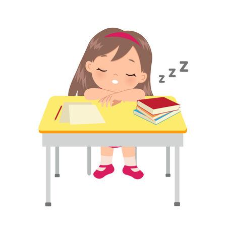 睡在书桌旁的可爱女孩