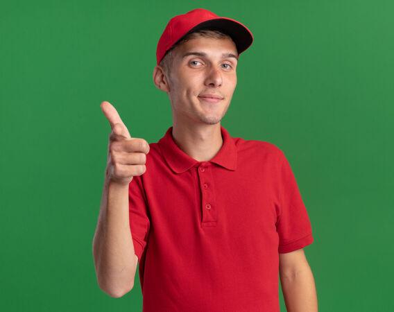 年轻的金发送货员高兴地指着镜头