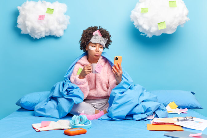 学生通过智能手机在线学习检疫期间从家里有悲伤的表情发现考试结果喝咖啡