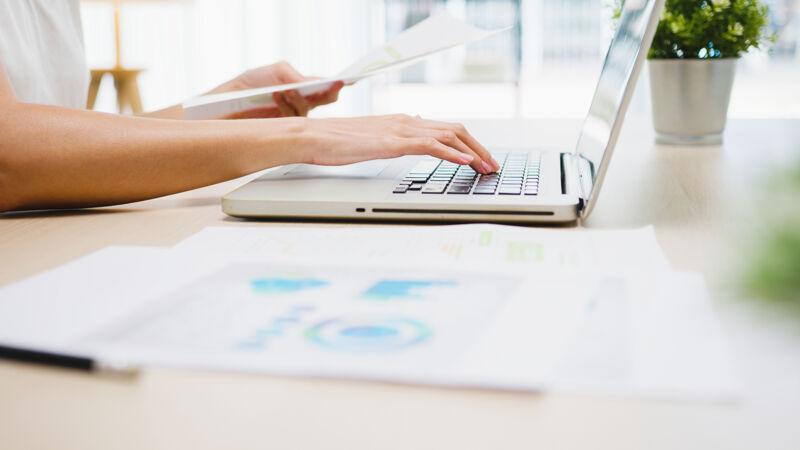 自由职业的年轻亚洲女商人休闲装使用笔记本电脑在客厅工作在家里