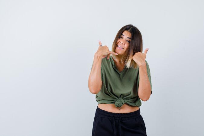 富于表现力的年轻女士在演播室里摆姿势