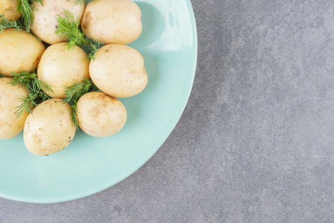 一盘新鲜莳萝煮土豆