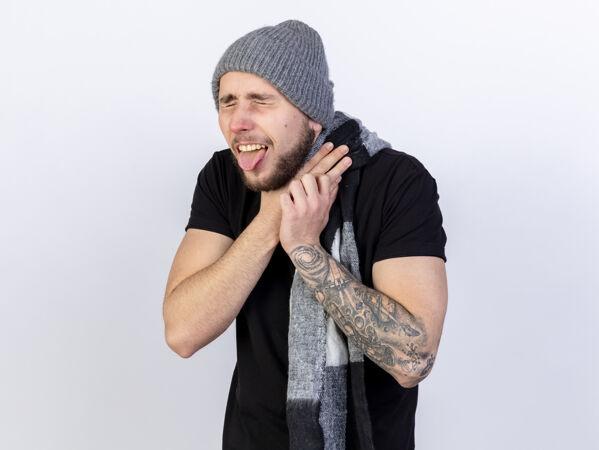 一个戴着冬帽 戴着围巾 浑身酸痛的白种人 咬住了自己的舌头 噎住了自己