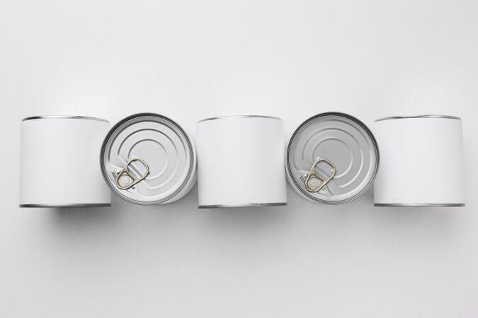 顶视图锡罐排列在桌子上