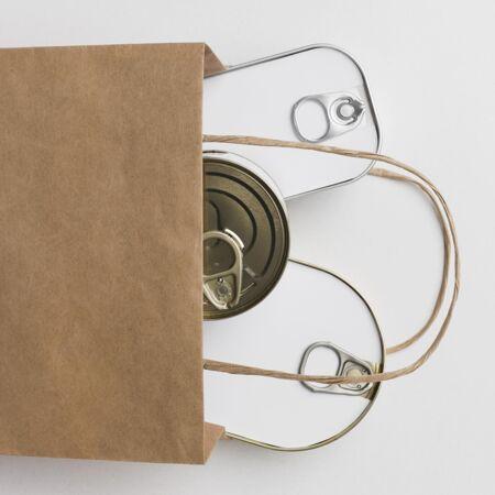 纸袋和罐头
