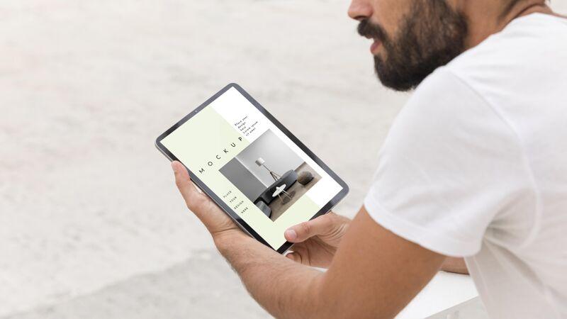 街上的男人用平板电脑在线阅读