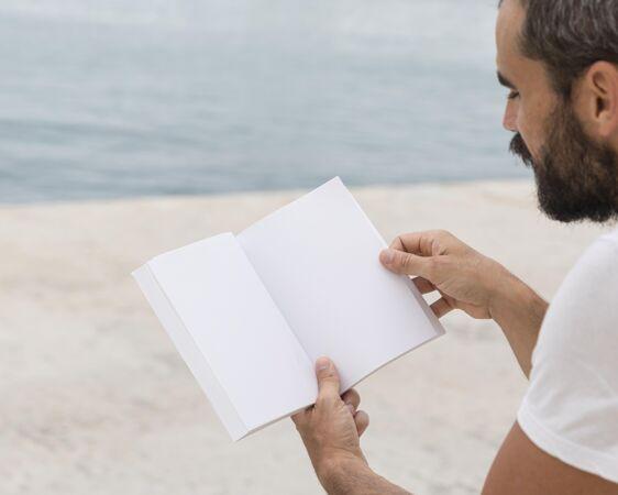 特写街头男人读书